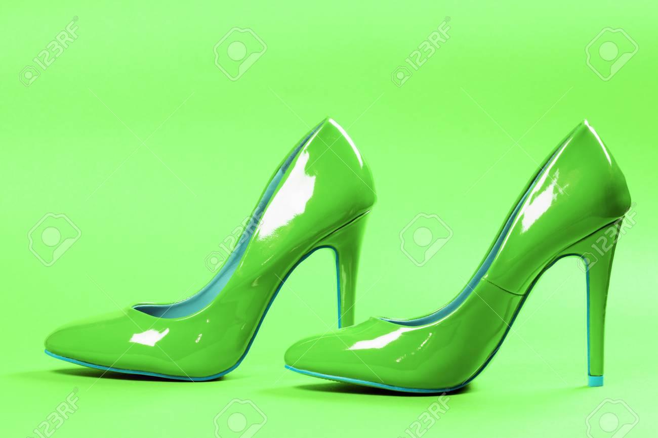 la mejor actitud 929ec 43b5e Los zapatos atractivos verdes de los tacones altos están en fondo verde.