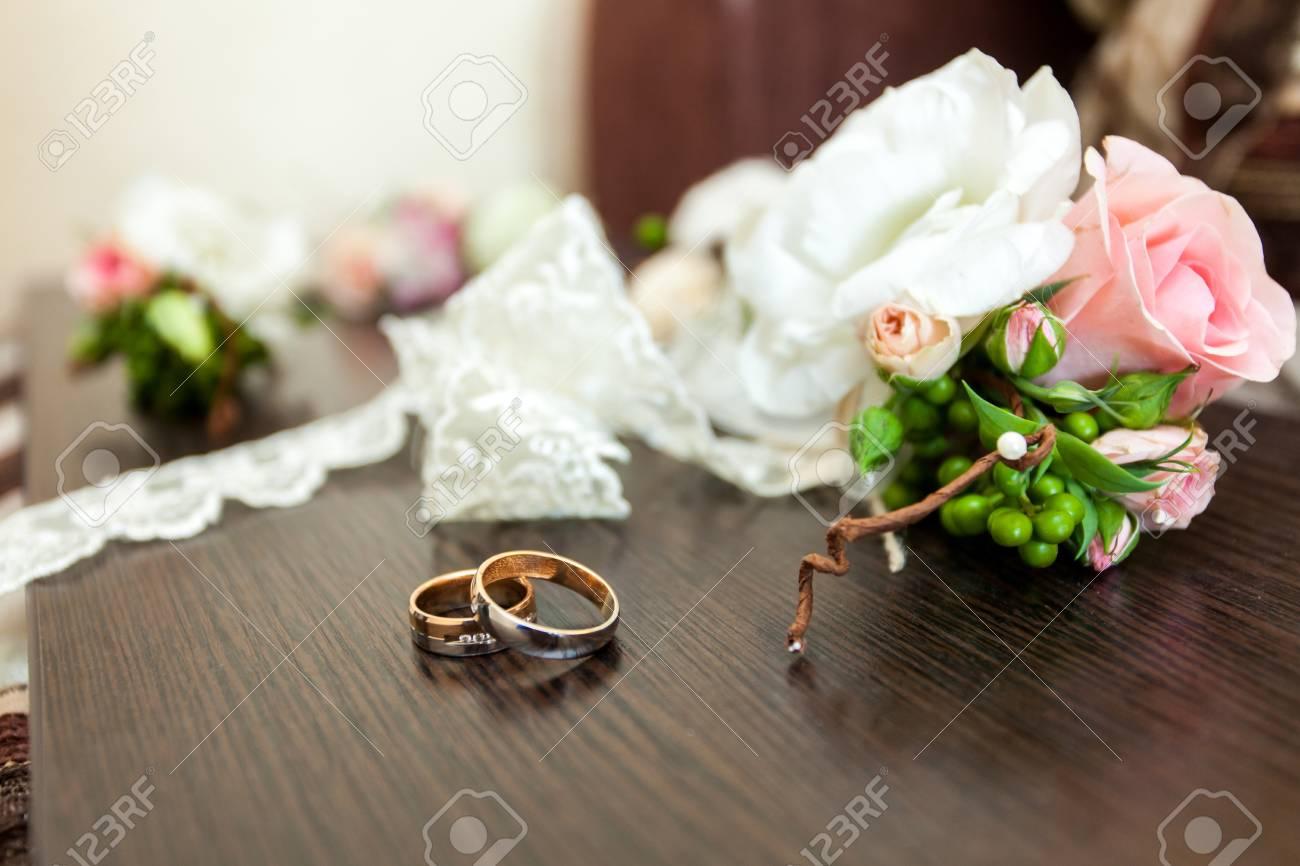 Goldene Hochzeit Ringe Liegen Auf Holztisch In Der Nahe Von Blumen