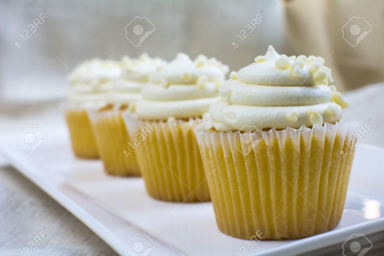 Vier Franzosische Vanillekleine Kuchen Und Sahnige