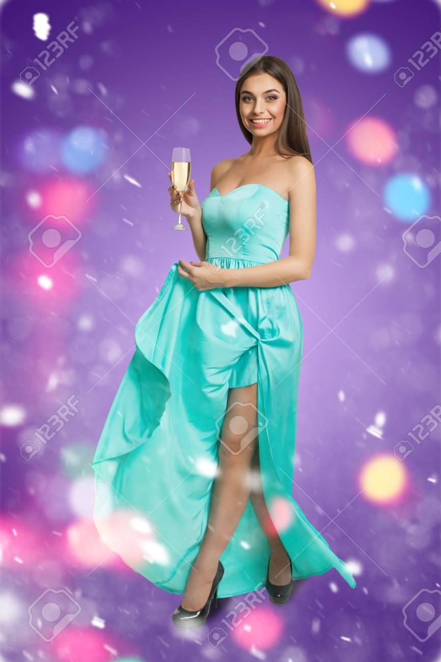 Modelo Joven En Vestido De Cóctel Con Copa De Champán Fotos ...