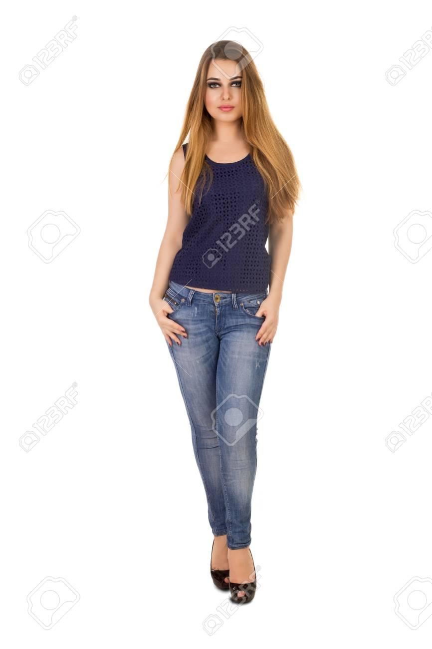 128437e70 La mujer en blue jeans ajustados es la celebración de sus grandes dedos en  los bolsillos en el fondo blanco.