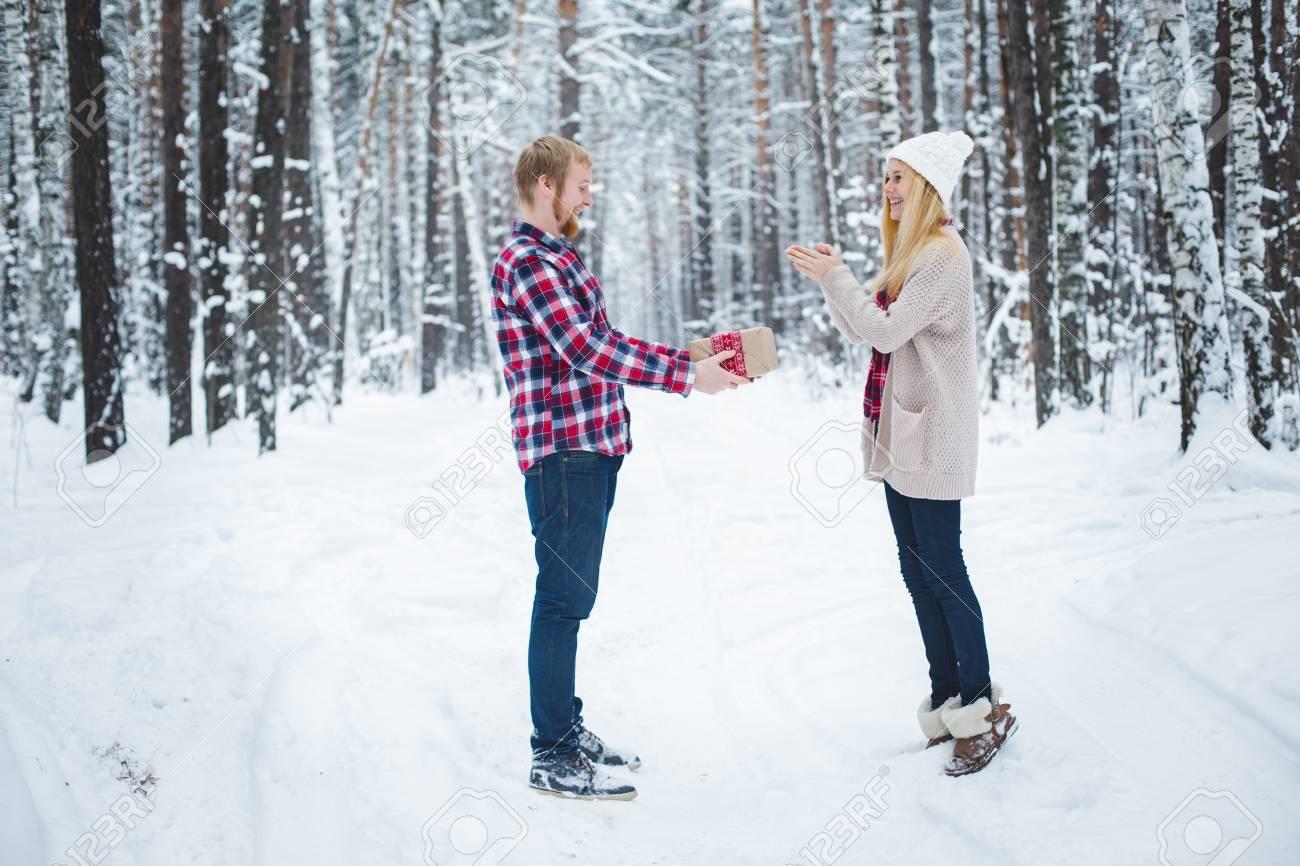 Ein Junger Mann Präsentiert Weihnachtsgeschenk Winter Frauen Im Wald ...