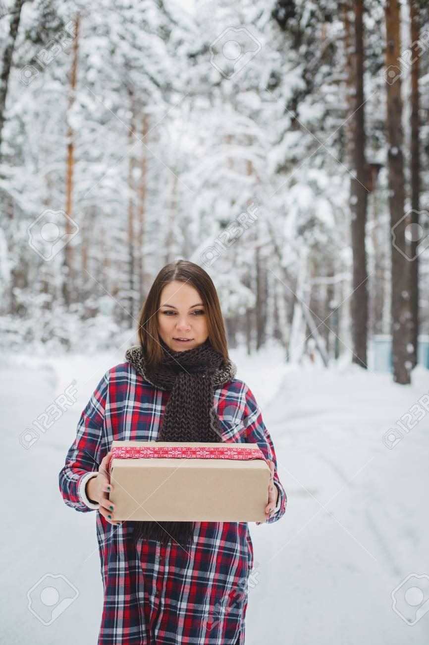 Glückliche Junge Winter-Frau Mit Weihnachtsgeschenk. Geschenkkarton ...