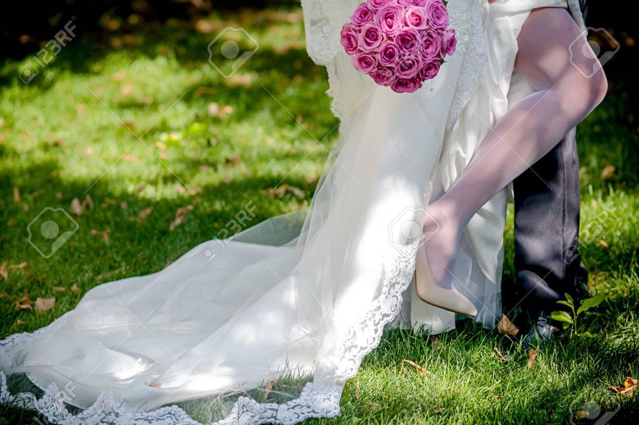 Braut, Die Weißes Hochzeitskleid Und Schuhe Trägt Lizenzfreie Fotos ...