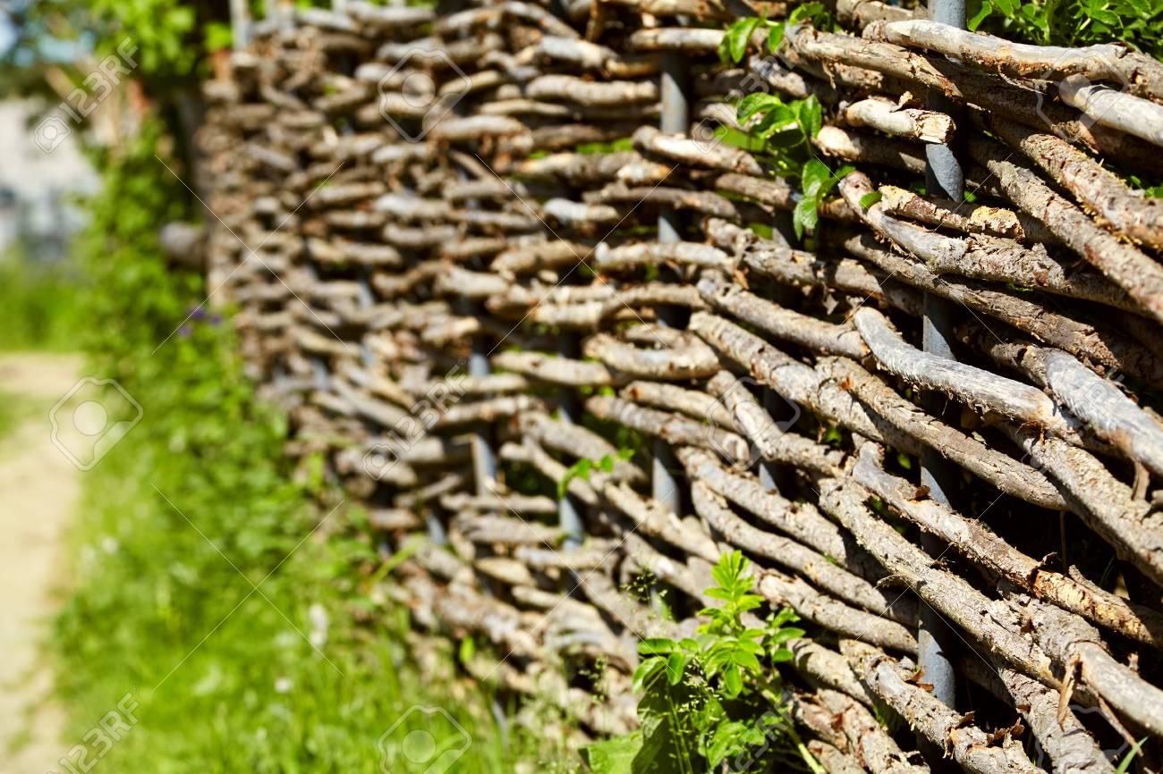 Clôture rustique en osier dans le jardin