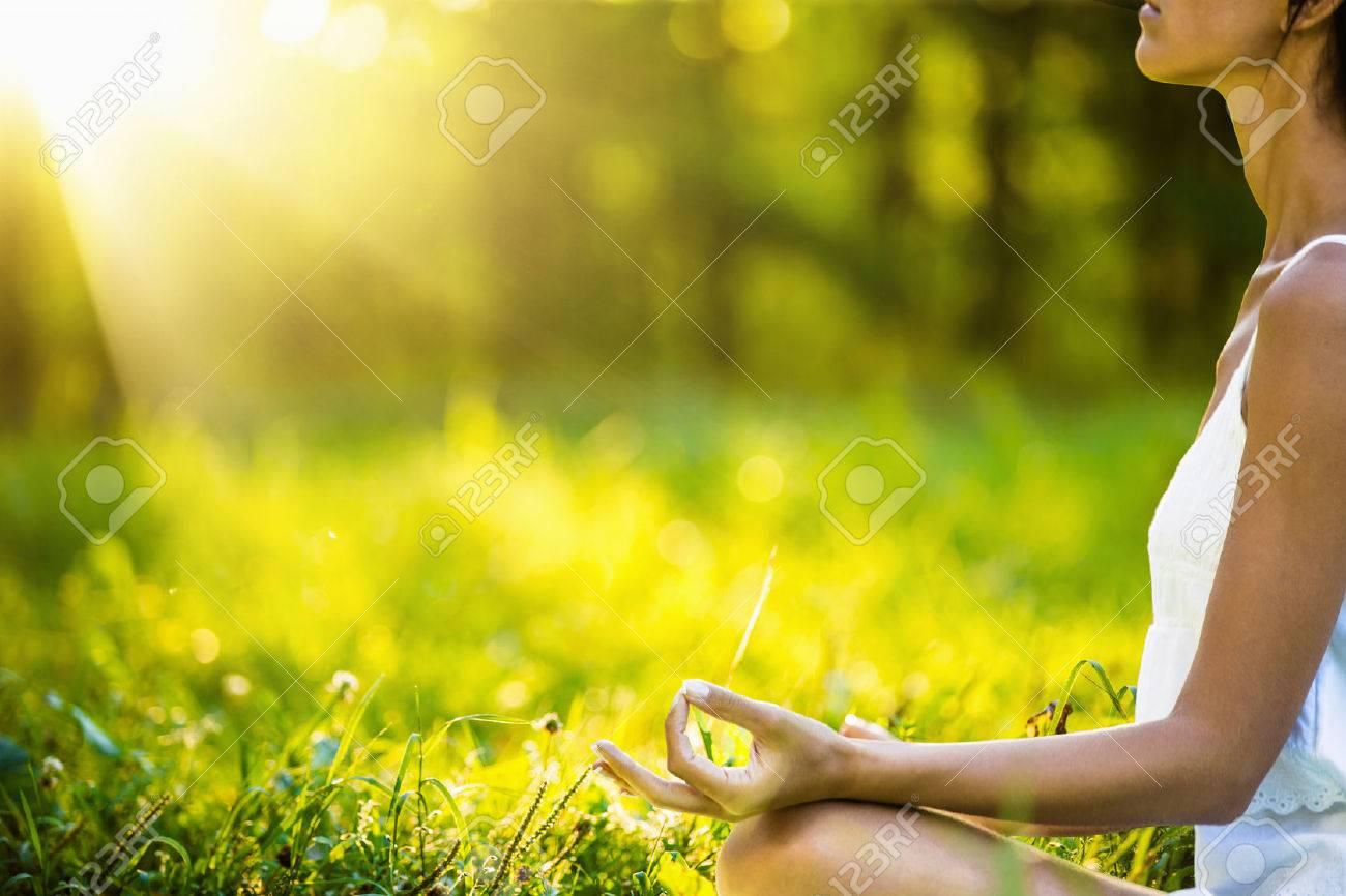 Foto de archivo - Mujer de la yoga meditación al atardecer. Modelo femenino  meditando en armonía serena 63ac5c532b31