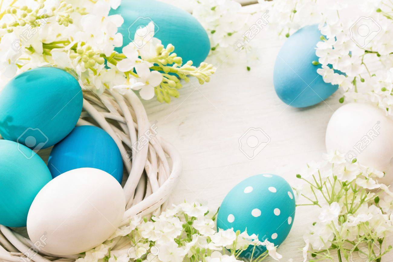 Easter decoration with eggs and flowers on white wooden background Standard-Bild - 52329756