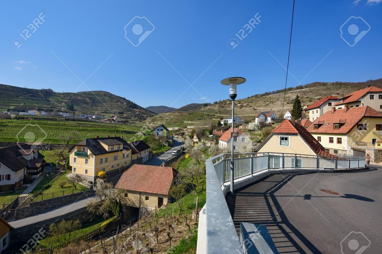 Pueblo De Weissenkirchen In Der Wachau Rodeado De Jardines De Flores Y Viñedos En Terrazas Wachau Valley Distrito De Krems Land Baja Austria