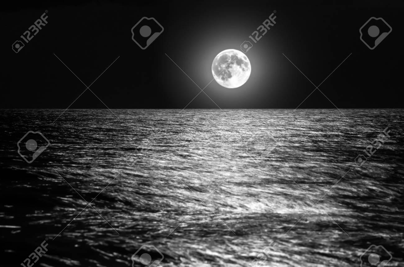 Der Mond über Dem Meer Horizont In Der Nacht Mondschein Auf Den