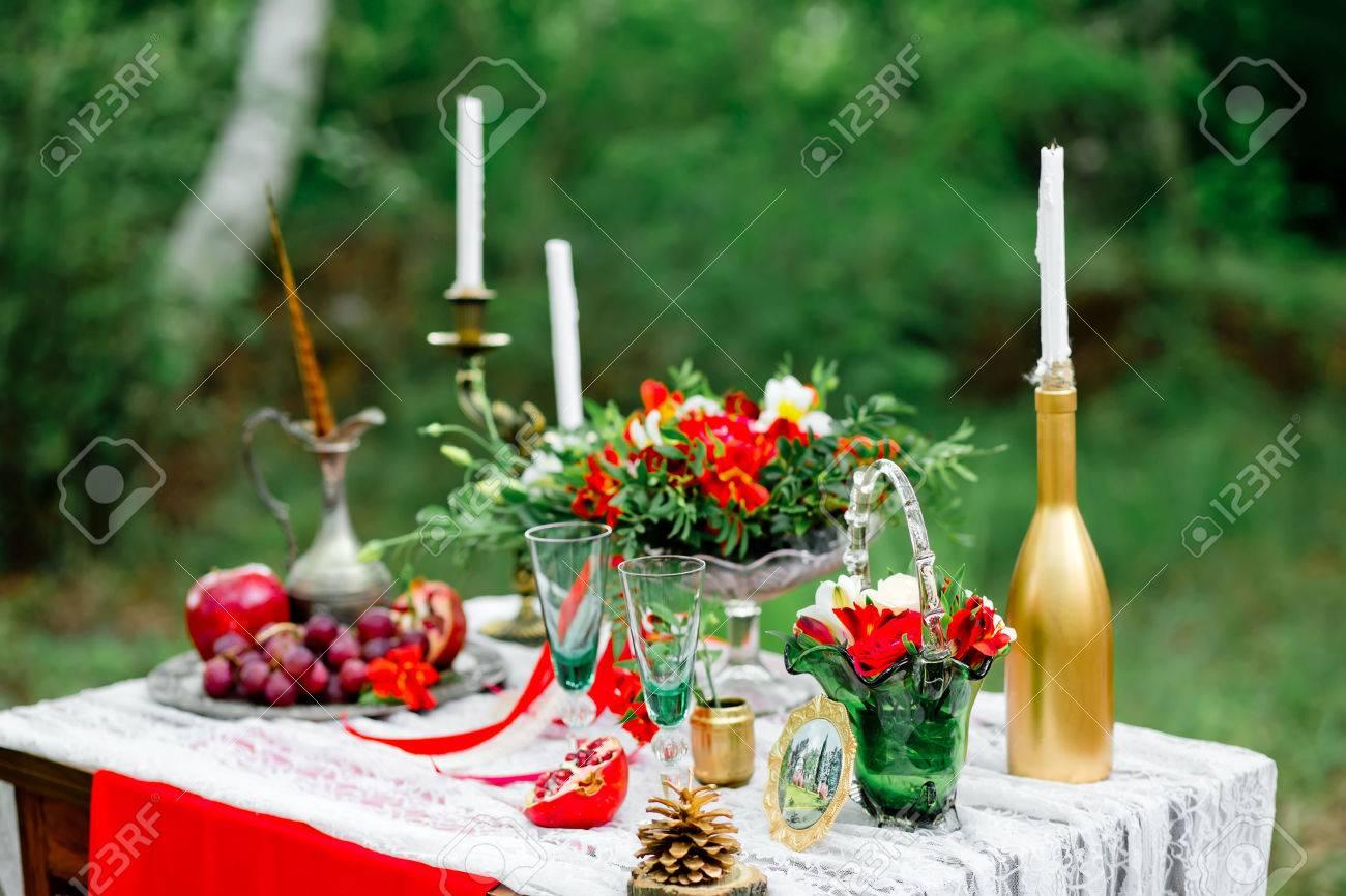 Hochzeitsdeko Mit Fruchten Blumen Kerzen Auf Einem Tisch In Der