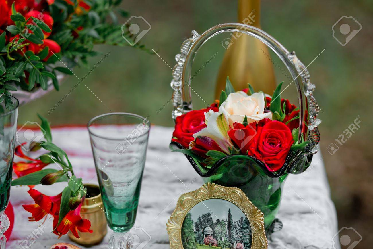 Hochzeit Dekor Mit Grunen Glasern Und Die Vase Mit Blumen Einer Rose