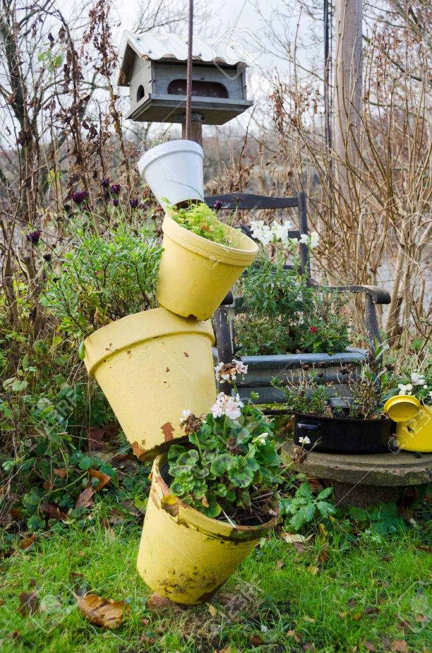 Vasi Da Giardino Colorati un accordo con vasi da giardino e fiori nel giardino ed è autunno