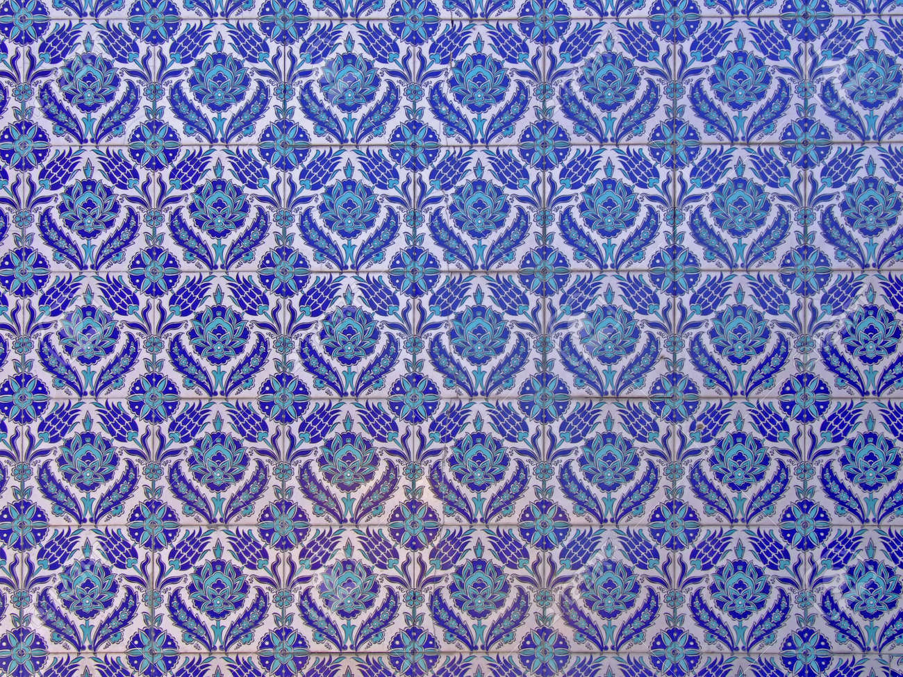 Pattern of Islamic ornaments on tiles Stock Photo - 498938