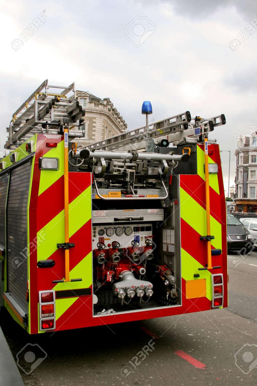 Motor de camión de bomberos en acción desde detrás de