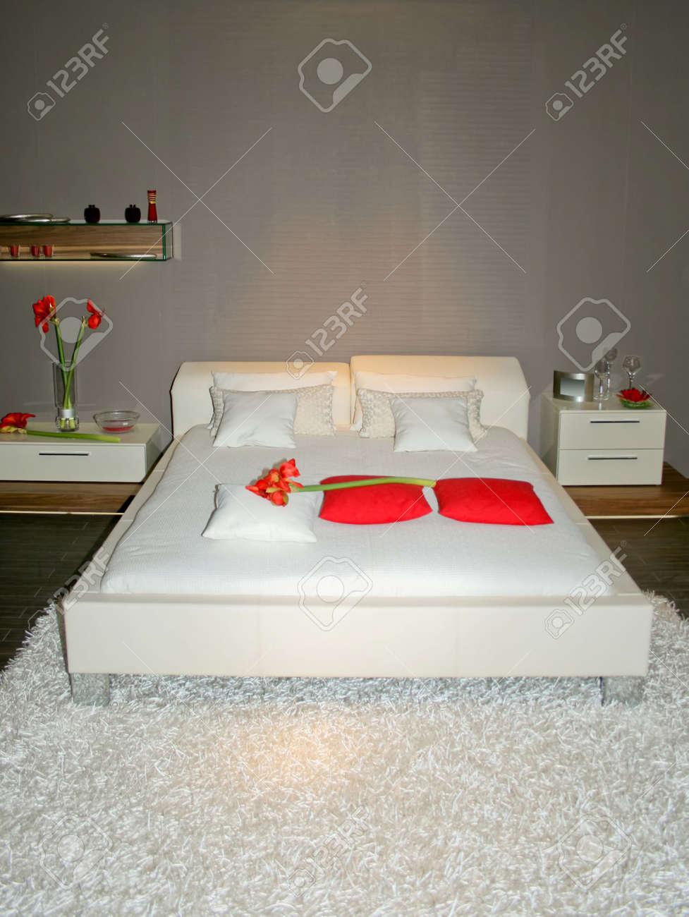 Modern Wit Bed Met Grijs Geverfde Muur Royalty-Vrije Foto ...