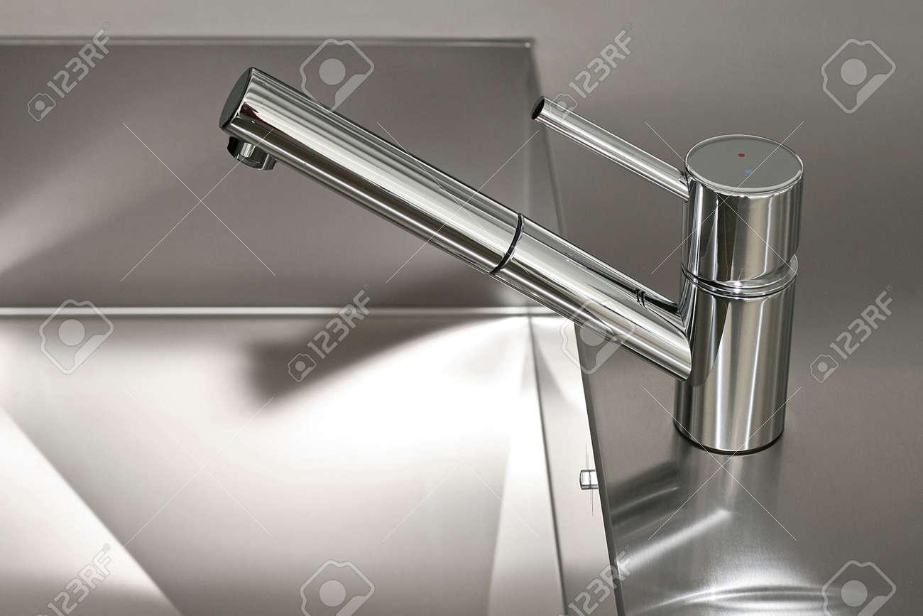 Minimalismus Gestaltung Der Küche Wasserhahn Und Waschbecken ...
