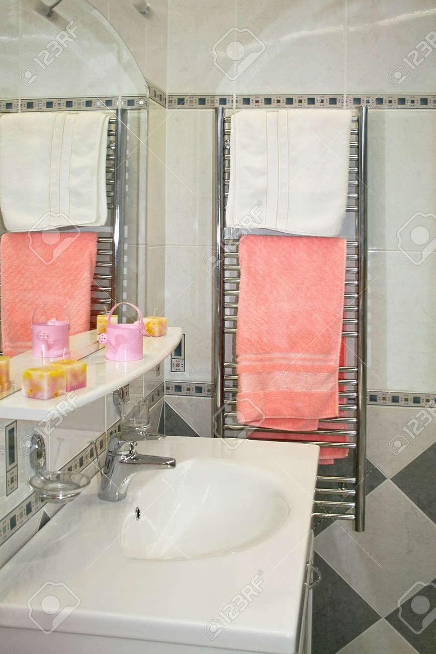 Heizung Badezimmer Mit Handtüchern Und Schrank Mit Spiegel ...