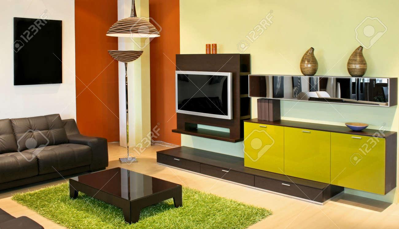 Moderne Wohnzimmer Mit Grün Und Terrakotta-Farben Lizenzfreie Fotos ...