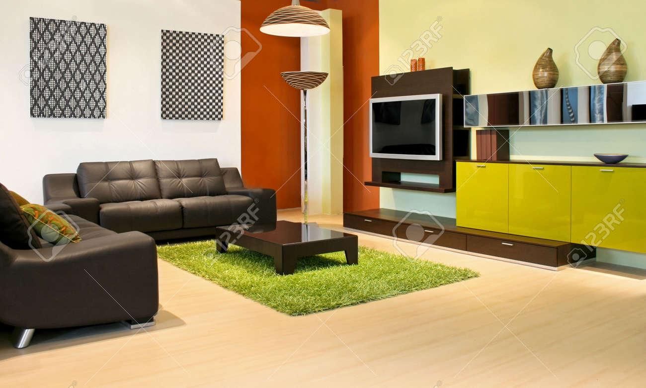 Moderne woonkamer met groen en terracotta kleuren royalty vrije ...