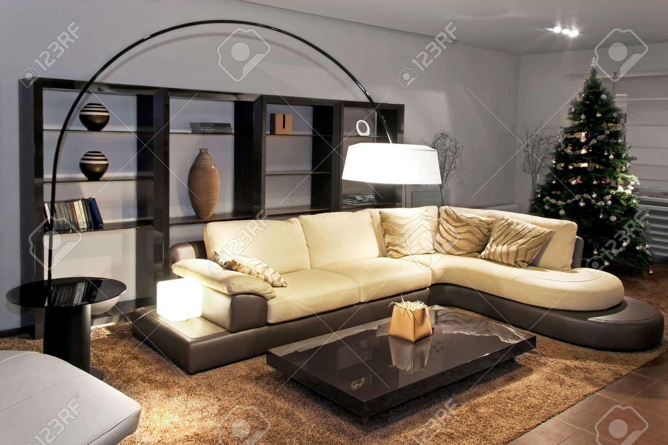 Zeitgenössische Wohnzimmer Mit Großer Sitzecke Lizenzfreie Fotos ...