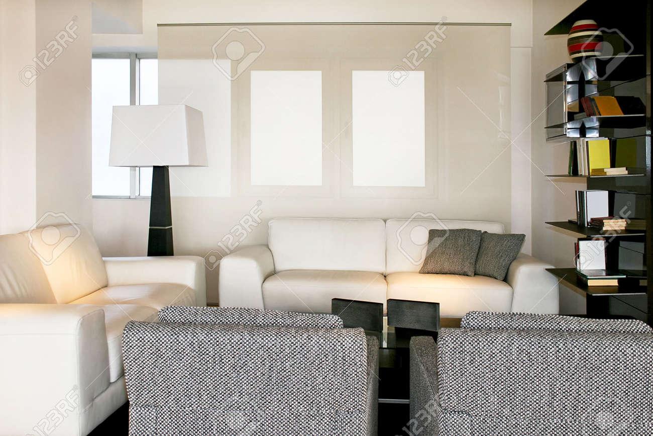 Soggiorno con due divani e poltrone foto royalty free immagini
