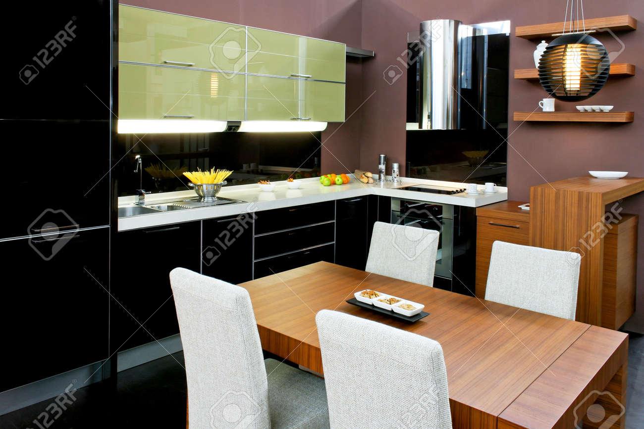 Cuisine Contemporaine Brun à Manger Avec Table Et Chaises Banque D