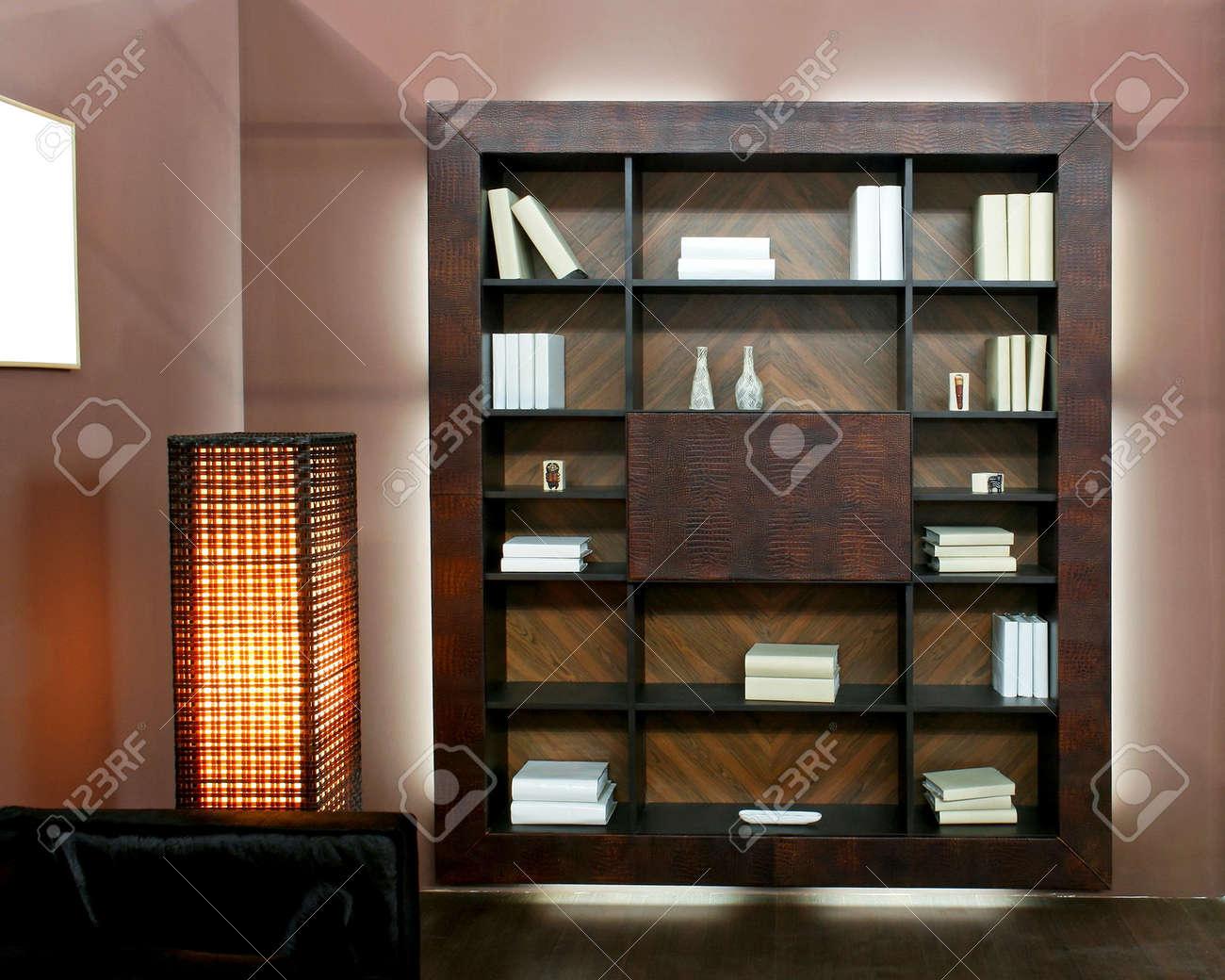 Houten boekenkast in bruin woonkamer royalty vrije foto, plaatjes ...
