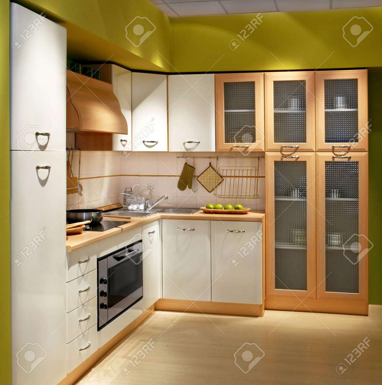 Cuisine moderne en bois avec une grande armoire banque d'images et ...