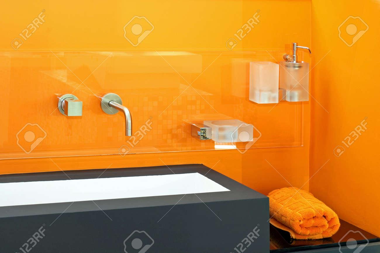Salle de bain contemporaine avec bassin mur orange vif banque d ...