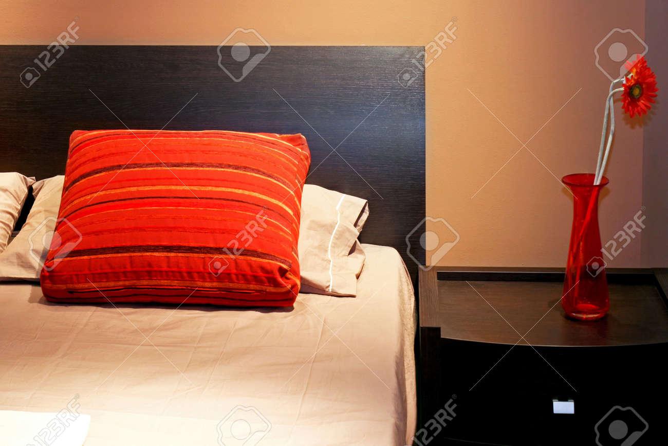 Arredamento Camera Da Letto Marrone : Camera da letto in tonalità marrone con vaso arredamento foto