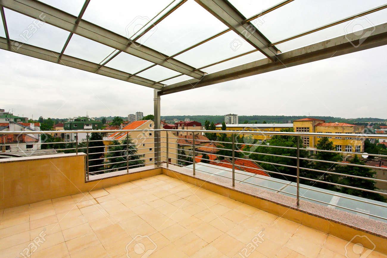 Terraza Con Techo De Cristal En El Apartamento ático