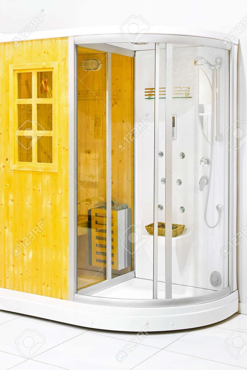 pequeo sauna de casa madera con cabina de ducha foto de archivo