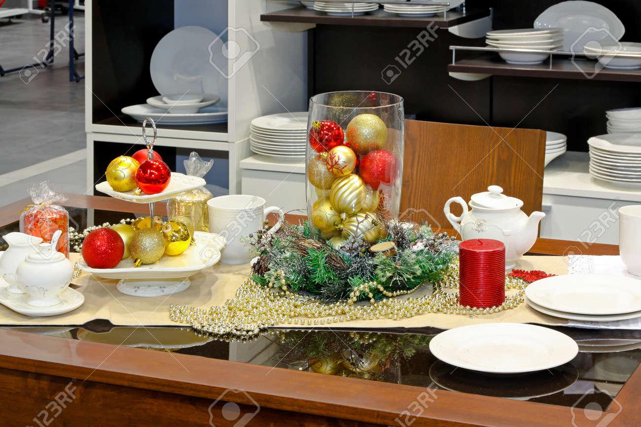mesa de comedor decorado con adornos para las vacaciones de navidad foto de archivo