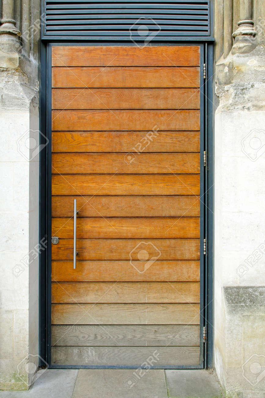 Großartig Moderne Hauseingänge Foto Von Holzbrett Tür Am Eingang Standard-bild - 8450708