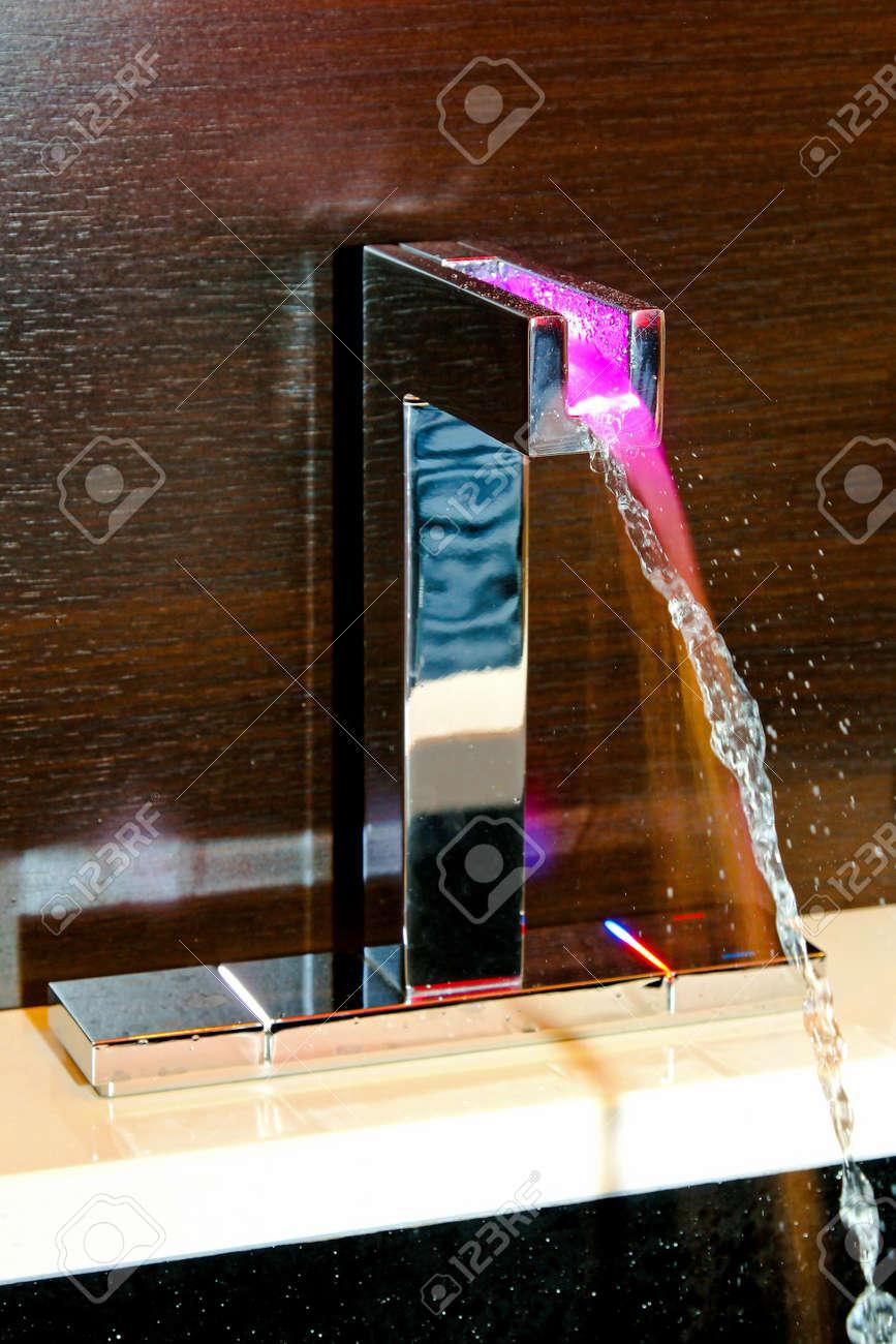 Zeitgenössische Bad Wasserhahn Mit Temperatur Led Licht Lizenzfreie