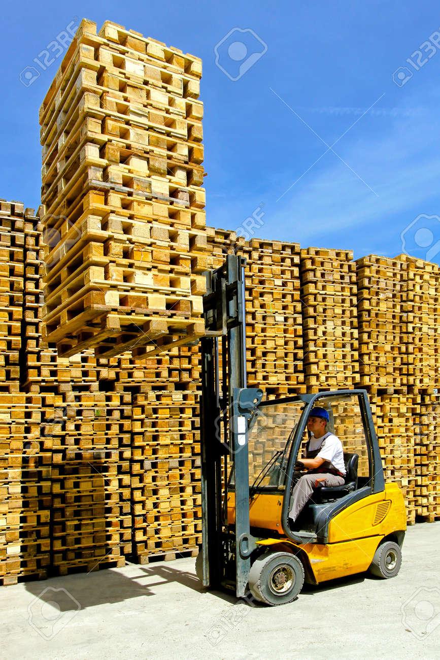 hombre operativo montn de elevacin de montacargas de euro palets foto de archivo 8906063 - Europalets