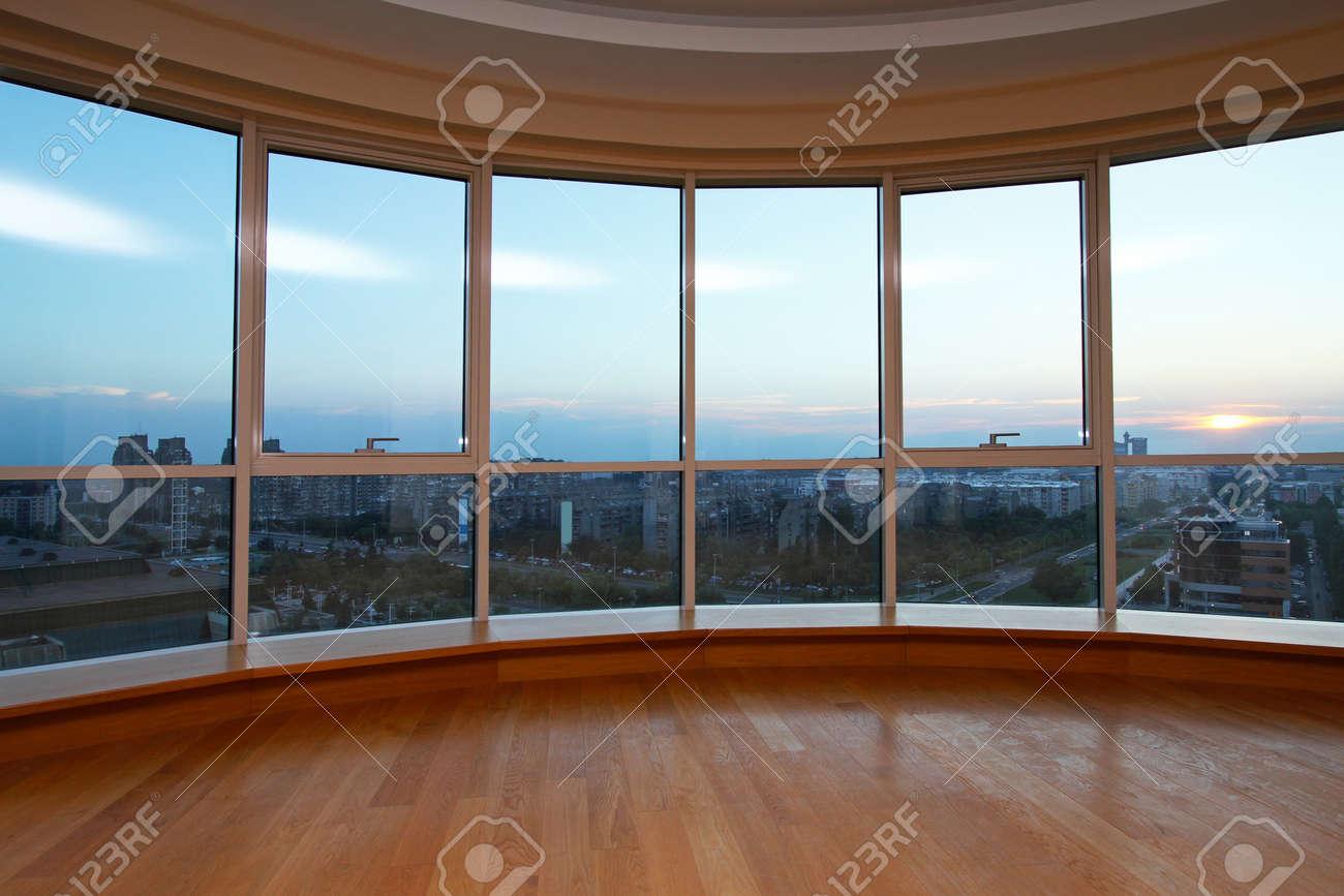 Grote Glazen Wand In Ovale Woonkamer Met Uitzicht Royalty-Vrije ...