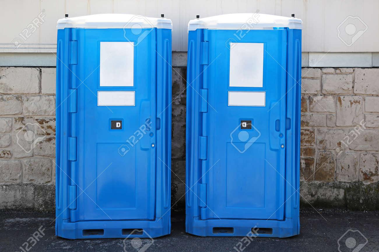 Nice Dos Cabañas Azul Baño Portátil En El Lugar De Construcción Foto De Archivo    14931817