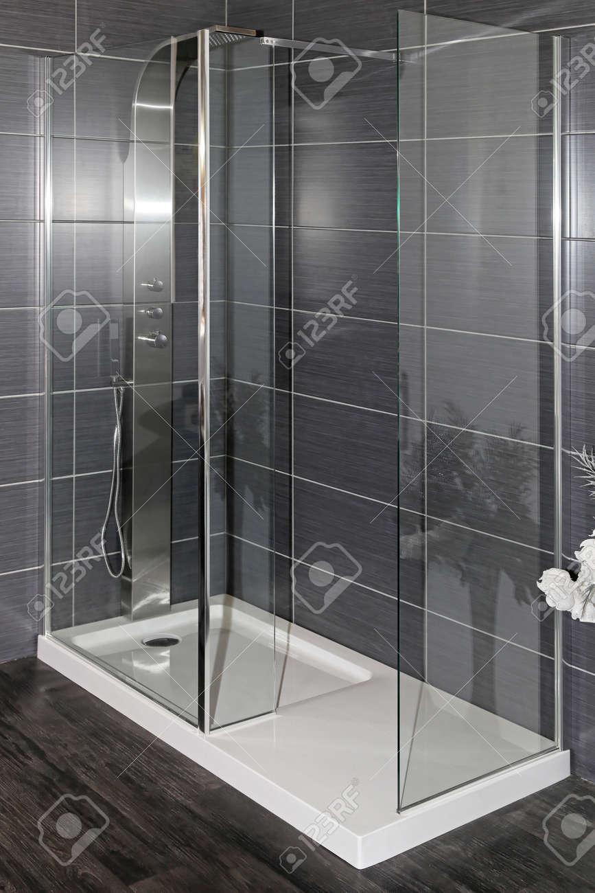 Intérieur salle de bain moderne avec grande douche et plancher en bois