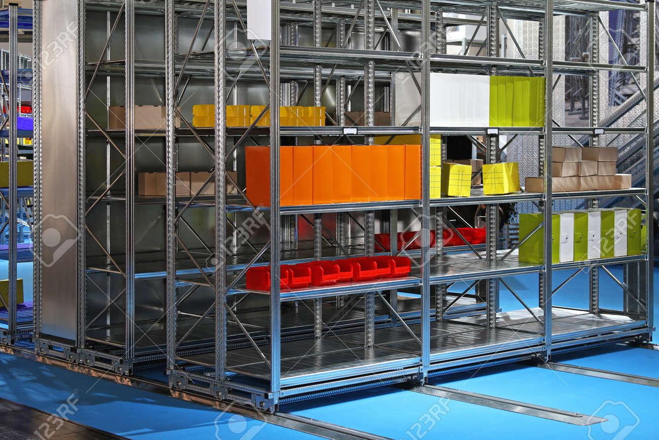 Estantes De Metal Sistema De Almacenamiento Mvil En Almacn Fotos