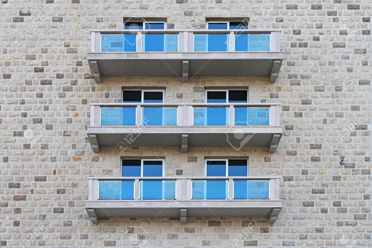 Balkone Mit Blauem Glas Zaun Gebäude Aus Stein Lizenzfreie Fotos