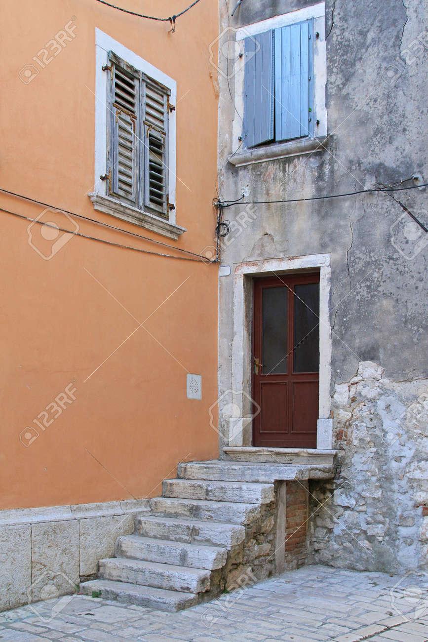Escalier Dans Maison Ancienne entrée de la maison ancienne avec escalier en pierre