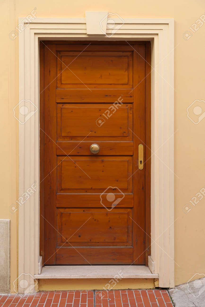 Molto Stile Di Legno Marrone Porta D'ingresso Casa Classica Foto Royalty  WL53