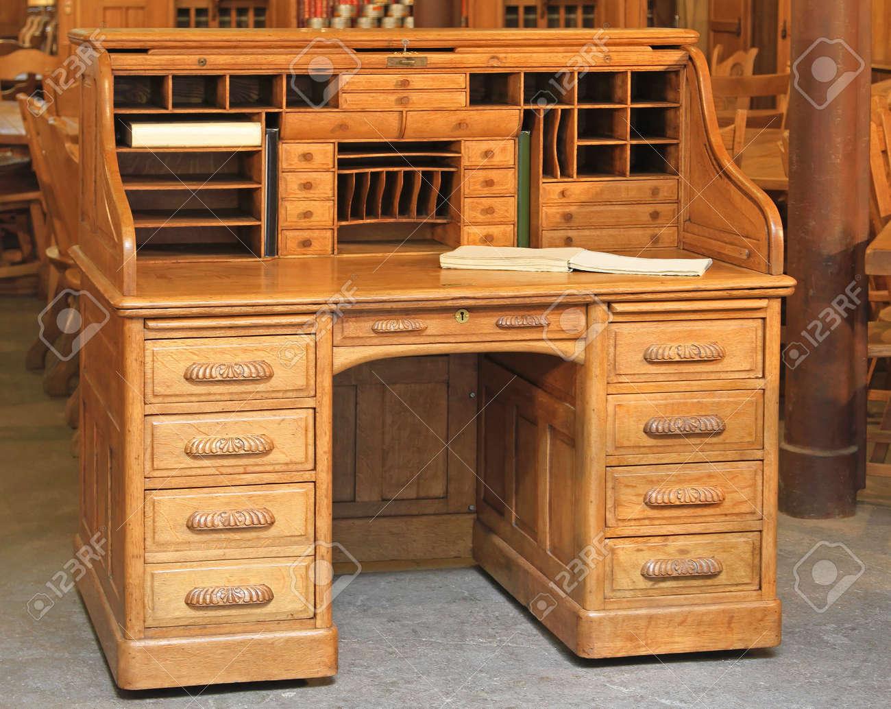Vintage Style Sekretär Schreibtisch Aus Holz Mit Rolltop Lizenzfreie