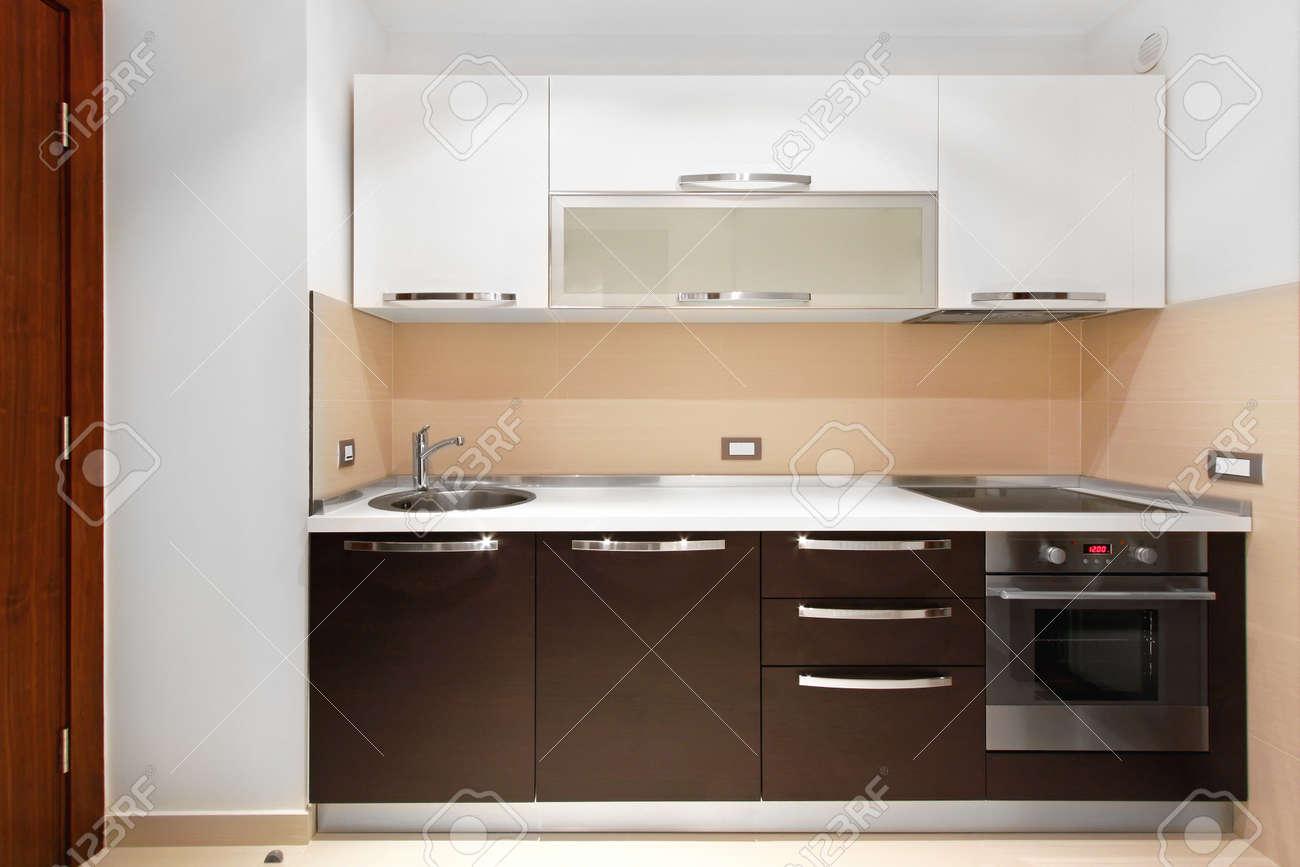 Kuchentheke Und Moderne Schranke In Neue Wohnung Lizenzfreie Fotos