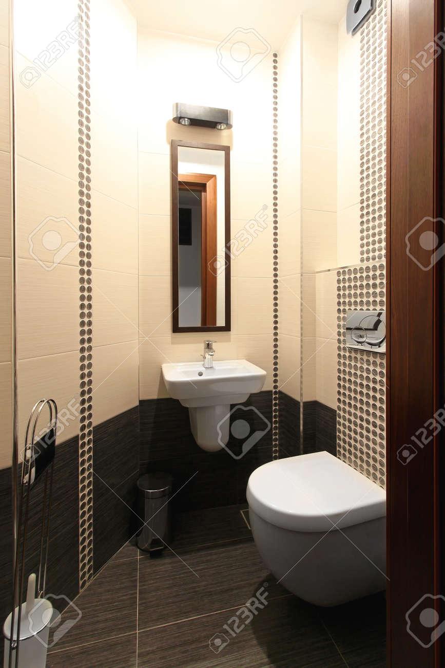 Salle De Bain Futuriste ~ Si Ge De Toilette Et Un Lavabo Dans Petite Salle De Bains Bien Rang