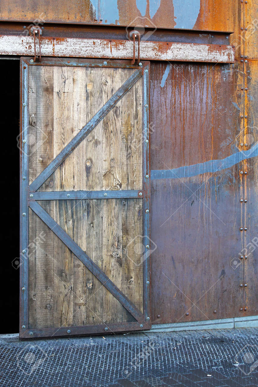 Vieille Porte En Bois Coulissante vieille porte coulissante en bois lourd sur l'entrée de l'entrepôt
