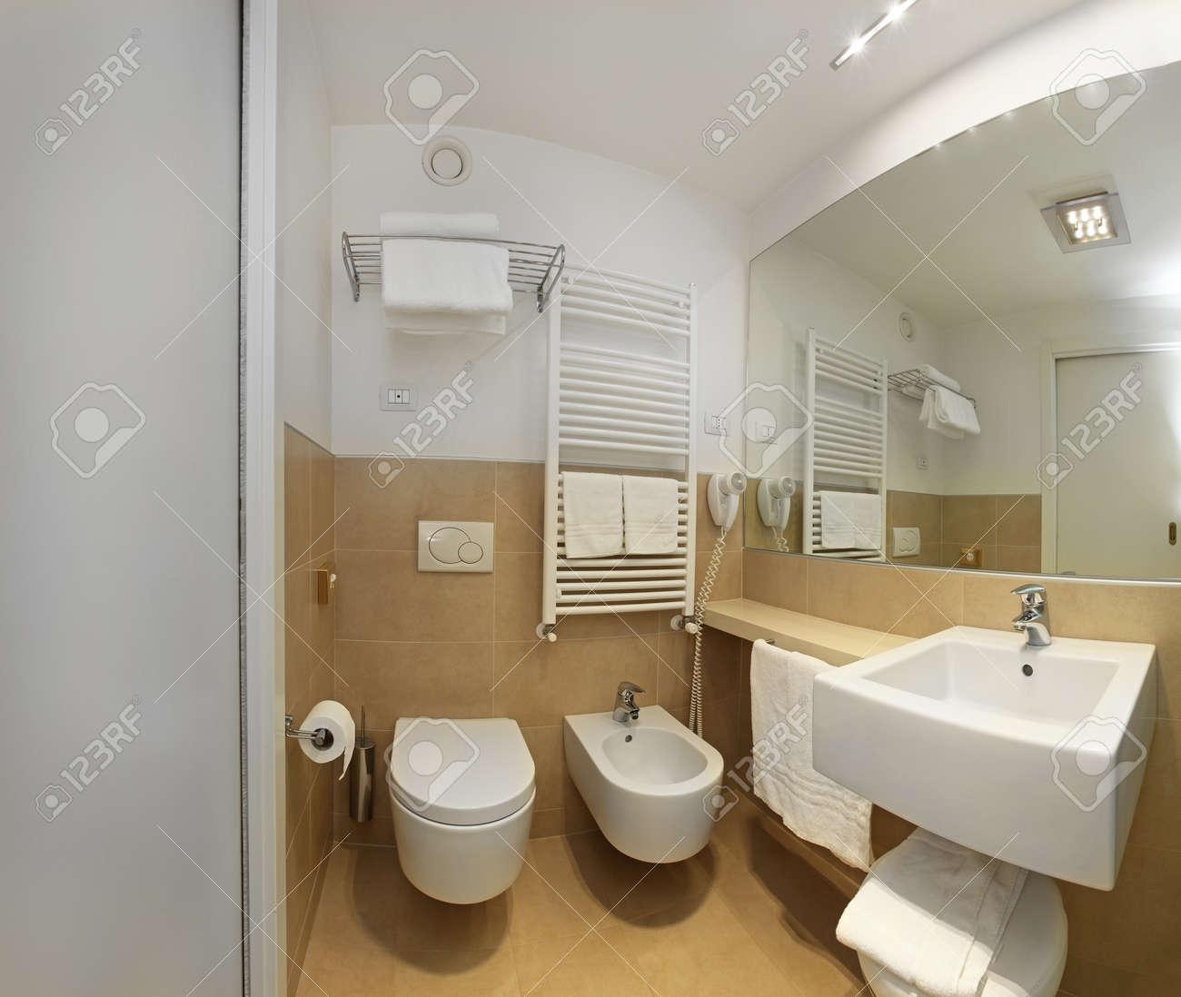Intérieur De Salle De Bains Moderne Avec Un Grand Miroir Et Lampes ...