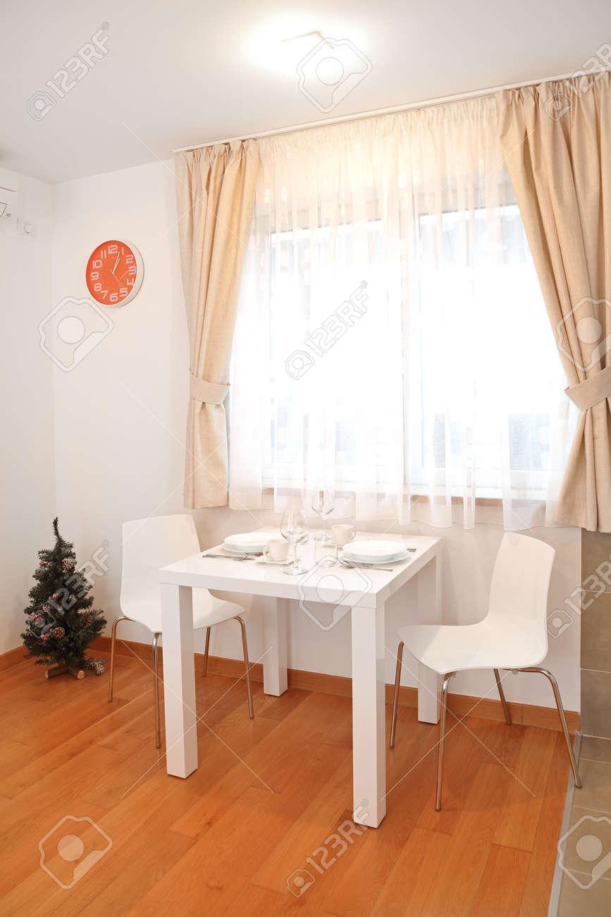 Mesa De Comedor Para Dos Personas En Un Pequeño Apartamento Fotos ...