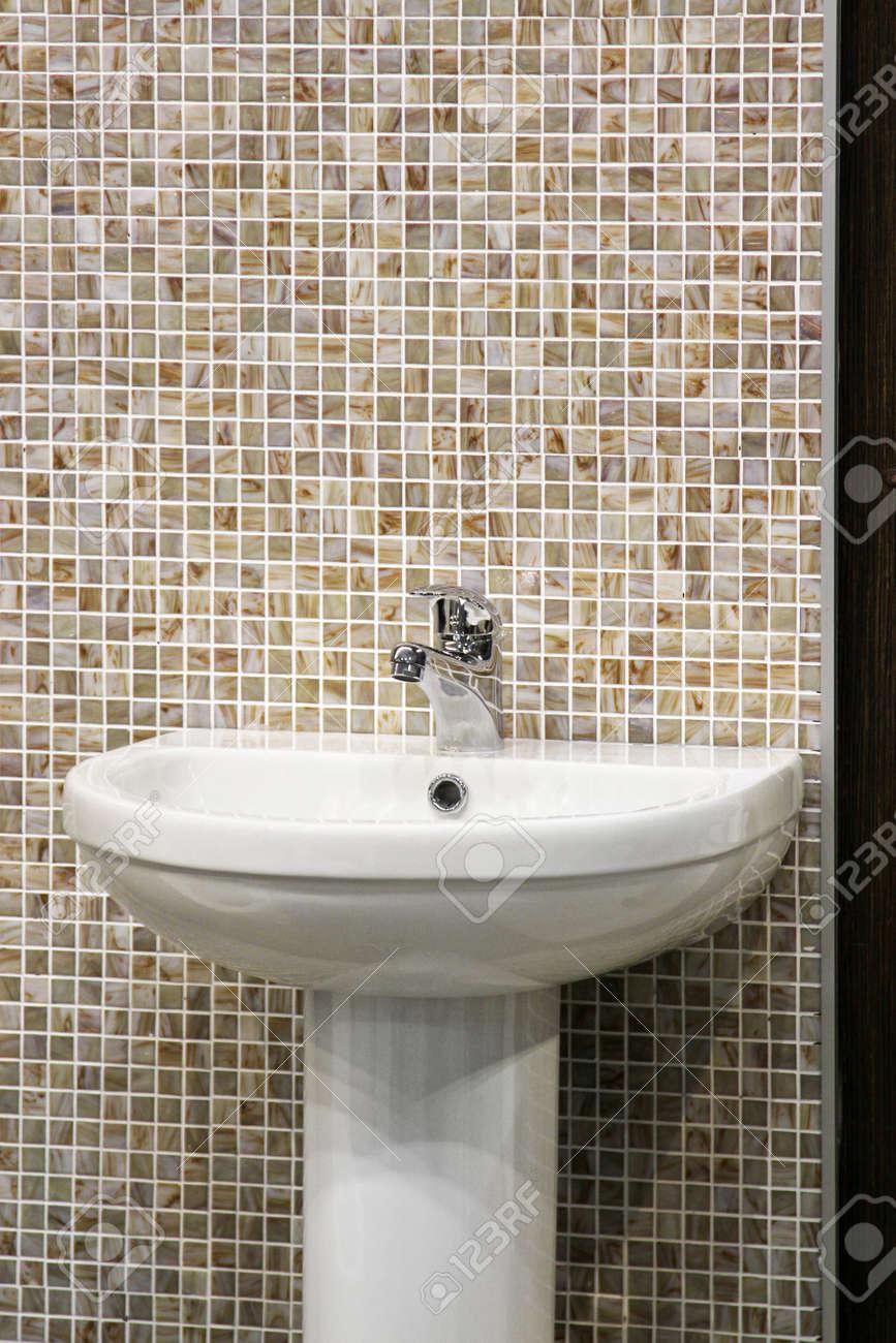 Waschbecken Schüssel Im Badezimmer Mit Mosaik Fliesen Standard Bild    84628797